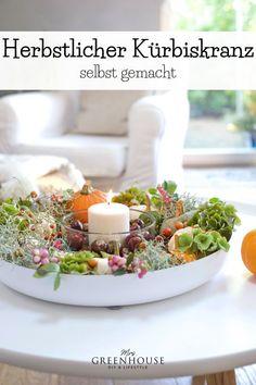 Ein Herbstkranz mit Kürbissen für eine zauberhafte und gemütliche Herbstdeko. Wie du deine Tischdeko mit wenigen Naturmaterialien herstellen kannst, zeige ich dir auf meinem Blog.