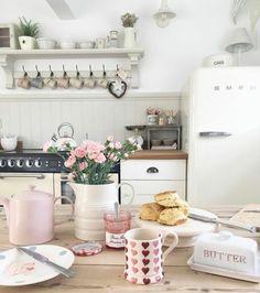 shabby chic kitchen designs – Shabby Chic Home Interiors Cottage Kitchens, Home Kitchens, Shabby Chic Homes, Shabby Chic Decor, Style At Home, Cozinha Shabby Chic, Cocinas Kitchen, Vintage Appliances, Pink Kitchen Appliances