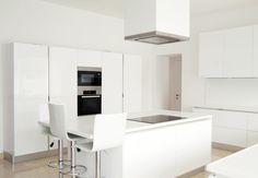 Minimalistische weiße Küche
