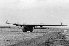 """El 9 de diciembre de 1960, se produce el primer vuelo del prototipo del ala volante carguera IA-38, equipada con cuatro motores l.A-16 """"El Gaucho"""" de 450 hp. Único tetramotor diseñado por Reimar Horten y construido en la Fábrica Militar de Aviones."""