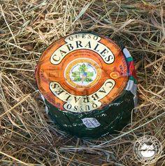 Queso Cabrales Mini D.O.P. Tiene peso aproximado de 1 kg y se compone de leche de vaca, aunque pueden ser de dos leches ( vaca y oveja ) o de 3 leches ( vaca, oveja y cabra ). Es uno de los quesos azules por excelencia de Asturias. http://www.elmercadodelnorte.com/categoria-producto/quesos/