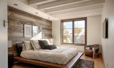 tête de lit palette de bois brut, murs en blanc neige, literie assortie, tapis shaggy marron et parquet contrecollé
