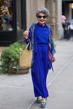 Mary, New York City, 2012 / Celebrating Older Women with Fabulous Style via NPR. Look at her rockin those shoes! Mature Fashion, Older Women Fashion, Over 50 Womens Fashion, Fashion Over 50, Fashion Tips, Woman Fashion, Style Funky, Stylish Older Women, Beautiful Old Woman