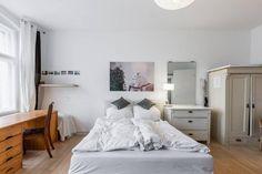 Gemütliches Schlafzimmer mit flauschiger Bettwäsche und schönem Parkettboden. #Einrichtung #Schlafzimmer