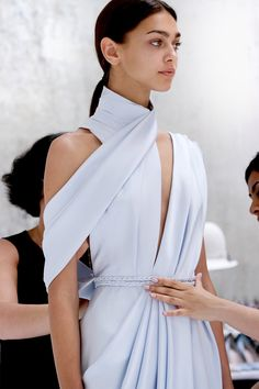 Pale silk double satin, draped and braided to perfection by Ralph and Russo Couture Mode, Style Couture, Couture Fashion, Runway Fashion, Fashion Show, Fashion Design Inspiration, Mode Inspiration, Minimalist Dresses, Minimalist Fashion