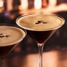 Espresso Martini - dangerously drinkable with a good slog of liquor, this coffee cocktail is made with espresso coffee, vodka and Kahlua! Espresso Martini, Espresso Coffee, Coffee Cocktails, Cocktail Drinks, Cocktail Recipes, After Dinner Cocktails, Recipetin Eats, Recipe Tin