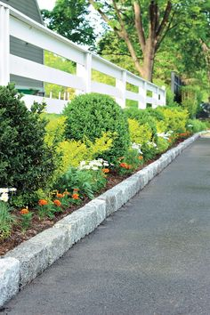 How to Install Belgian Block Driveway Edging - - Adding a neat row of Belgian block stones to each side of an asphalt driveway will boost its curb appeal while also providing a clear visual aid as you back out or pull in. Asphalt Driveway, Stone Driveway, Gravel Driveway, Driveway Entrance Landscaping, Backyard Landscaping, Driveway Ideas, Landscaping Design, Walkway, Landscaping Borders