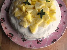 Bolo de coco com cobertura de queijo creme e abacaxi | As receitas lá de casa