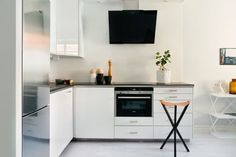 Nice 99 Simple Minimalist Small White Kitchen Design Ideas. More at http://www.99homy.com/2018/03/09/99-simple-minimalist-small-white-kitchen-design-ideas/