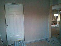 Skjutdörr i Sveas blivande rum på plats. Målning pågår.