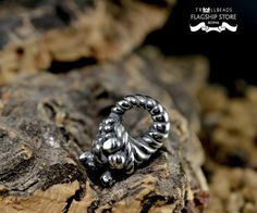 Simbolo di abbondanza e fertilità; un corno miracoloso dal quale scaturisce ogni desiderio che il suo possessore esprime