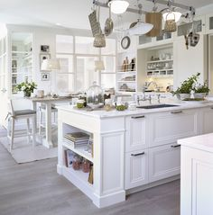 We give tips to those who want to make changes in their kitchen. The dominance of the white kitchen in the 2019 kitchen decoration trends is now coming to an end. Updated Kitchen, New Kitchen, Kitchen Dining, Farmhouse Kitchen Decor, Kitchen Interior, Casa Decor 2016, Dining Corner, Galley Kitchen Design, Cute Furniture