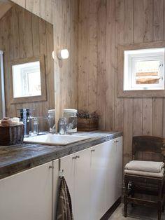 HYTTEBAD: Dette badet har innredning fra Ikea med benkeplate fra drivved.no. Stolen er kj�pt hos en svensk brukthandler.