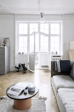 This is the stunning home of ceramist Anne Black. Design classics and vintage pieces are… Chic Living Room, Home Living, Living Room Decor, Living Spaces, Danish Apartment, Scandinavian Apartment, Interior Styling, Interior Decorating, Interior Design