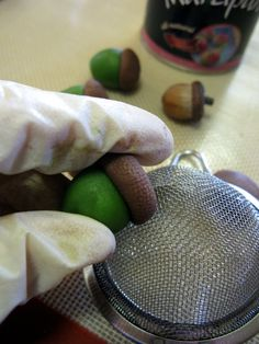 Tutorial is for marzipan, but could be modified for polymer clay - Acorn texture. I Pinned this to show how many different items can give you unique textures, if you have your eyes open to it! Polymer Clay Kunst, Polymer Clay Tools, Fimo Clay, Polymer Clay Projects, Polymer Clay Creations, Clay Beads, Polymer Clay Jewelry, Crea Fimo, Decoration Patisserie