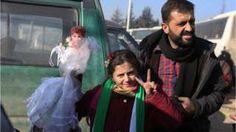 Image copyright                  AP                                                                          Image caption                                      Ciudadanos sirios durante la evacuación de Alepo.                                El gobierno sirio y los rebeldes acordaron un cese al fuego y el inicio de conversaciones de paz, informó este jueves el