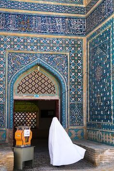 Photographic Print: Woman in white chador enters Jameh Mosque, Varzaneh, Iran, Middle East by James Strachan : Middle East Map, Middle East Culture, Arabian Art, Arabian Beauty, Arabian Food, Handsome Arab Men, Arabic Decor, Islamic Girl, Islamic Architecture