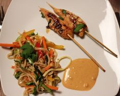 Nudelsalat & Satay-Kylling Thai Recipes, Ramen, Food, Noodle Salads, Meals, Thai Food Recipes, Yemek, Windows, Eten
