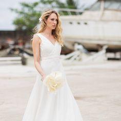 """Elegância e simplicidade! Vestido lindo em organza de seda! #carolnasseratelier #noivascarolnasser #weddingdress #vestidodenoiva #brides #organzadeseda #divine #instabride #noivas2015 foto @rodrigosack make @gabiback cabeça @barbarelah bouquet @mandacaruflores"" Photo taken by @carolnasseratelier on Instagram, pinned via the InstaPin iOS App! http://www.instapinapp.com (02/26/2015)"