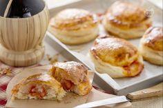 I rustici leccesi sono una specialità salentina: uno sfizioso disco di pasta sfoglia ripieno di pomodoro, mozzarella e besciamella!