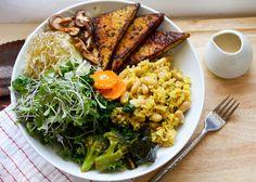 """Vegan macro bowl"", tiene arroz integral, frijoles blancos, hongos shiitake, kale, tempeh ¡ñam!"