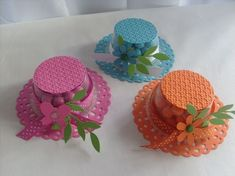 These would be cute for a Bridal shower. Mother's Day Hat - Bonnet Favor: These are made with 2 oz. clear cups w/ lids, doily die-cut, cardstock, and embellishments. Candy Crafts, 3d Paper Crafts, Diy Crafts, Mothers Day Crafts, Crafts For Kids, Easter Crafts, Holiday Crafts, Treat Holder, Diy Projects To Try