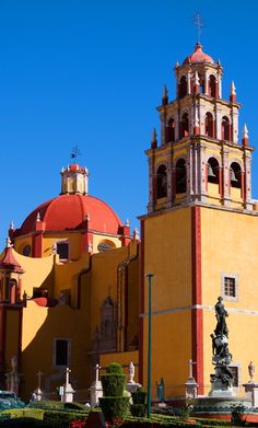 GUANAJUATO | The beautiful Basilica of Our Lady of Guanajuato in Guanajuato - one of the loveliest of the colonial towns in Mexico. These colonial cities are real gems! See more photos and read our story here :-).