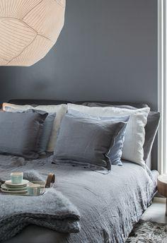 Prachtige die grote hanglamp boven het bed. En ook het grijze beddengoed zal ik persoonlijk wel willen hebben. Meer wooninspiratie op mijn interieurblog http://www.interieurinspiratie.nl/