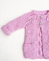 Alettejakke er en lett og behagelig jakke å ha på, og bladmønstrene er lettere å få til enn man kanskje skulle tro. På pinne nummer 6 går den unna i en fei, og før du vet ordet av det er det ei lita ei som har fått ny jakke.