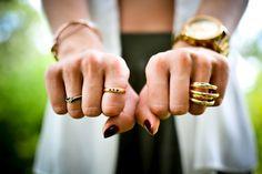 cincin kawin yang sebagai lambang cinta bisa Anda padukan dengan pakaian sehari-hari ataupun pakaian kerja, tentu dengan beberapa tips berikut