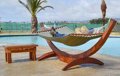 lounge möbel und hängematten am pool