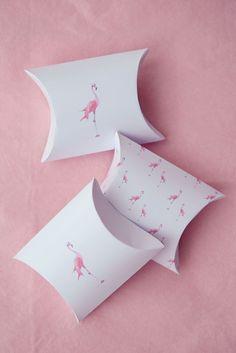 """Des idées pour préparer un anniversaire fille sur le thème """"flamant rose"""" ! Fabriquer de jolies boites, décorer la table. DIY des boites prêtes à imprimer"""