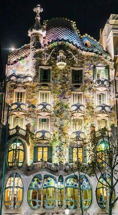 Fassade eines Gebäudes von Antonio Gaudi in Barcelona