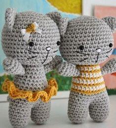 Кот амигуруми Очаровательная пара котят - кот и кошечка связаны крючком в популярной технике амигуруми. Котята связаны из пряжи серого цвета. У кошечки имеется короткая юбочка, связанная из пряжи желтого цвета. Её друг котофеич одет в полосатую маечку - желтую, с белыми полосками. Кроме пряжи вам понадобятся еще две пары черных глаз из пластмассы. Носик, усы и ротик у кошачьего семейства, вы можете вышить черными нитками. Как связать котов в технике японской амигуруми, подробное описание…