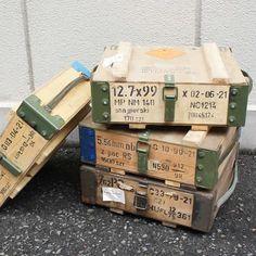 ポーランド軍中古の木製で丈夫な作りのアンモボックス(弾薬箱)です。 小物入れや道具箱、お部屋のインテリアやお店のディスプレイにも最適。 雰囲気のあるヴィンテージ感で存在感もバッチリです。サイドに持ち運びにも便利な取っ手付き。