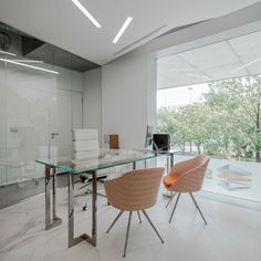 These luminous modern offices were originally work areas where there was no natural light, and which were populated by very dark rooms. As such, one of the main motivations for the project was to transform it into open rooms where light fills each of its spaces. The architectural studio SABRAB lead the project, and was …