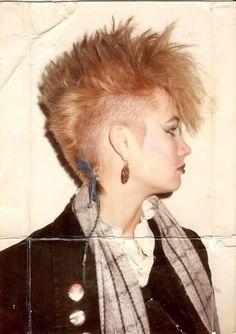 Coiffure punk, queue de rat. / Punk hairstyle, rat tail.