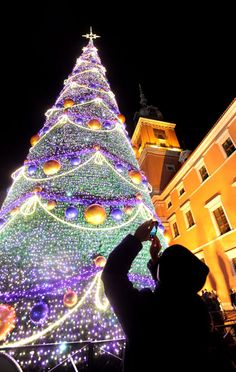 wow ~ christmas tree in front of royal castle, warsaw, poland Christmas Tree Light Up, Christmas Light Displays, Beautiful Christmas Trees, Noel Christmas, Xmas Tree, Polish Christmas, Christmas Quotes, Xmas Lights, Holiday Lights