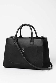 Grand sac shopping, veau grainé, taurillon nubuck & métal argenté-noir - CHANEL RTW pré-collection SS 2017 #Chanel #precollection2017 #SS17   Visit espritdegabrielle.com - L'héritage de Coco Chanel #espritdegabrielle