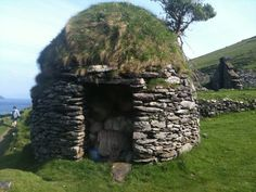 Blaskets, old stone hut. Concrete Building, Wood Stone, Cabins And Cottages, Ancient Ruins, Primitive Crafts, Place Of Worship, Beautiful World, Architecture Design, Concept Art