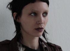 rooney mara as Lisbeth Salander! Dragon Tattoo Rooney Mara, Chica Punk, Lisbeth Salander, Stieg Larsson, Millenium, Makeup Tattoos, Punk Goth, Girl Short Hair, Dark Fashion