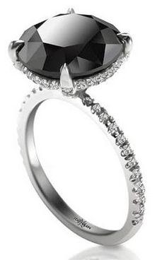 Los diamantes negros en un anillo de compromiso se ven fabulosos.