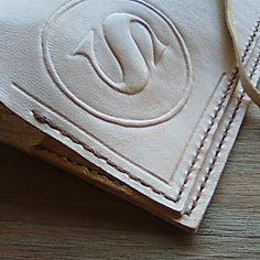 Grabado personalizado de iniciales monogramas frases fechas sobre cuero para fundas de cuadernos notebook traveler journal artesanales hecho en España