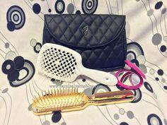 Janeke 1830 accessori per la bellezza e la cura dei capelli: spazzola Super Brush, specchio da borsetta con lente e beauty in similpelle nera.