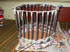 Clase magistral sobre tejido cajas de costura . Recycled Paper Crafts, Upcycled Crafts, Newspaper Basket, Newspaper Crafts, Willow Weaving, Basket Weaving, Craft Stick Crafts, Diy Craft Projects, Pine Needle Crafts
