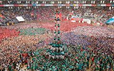 Los Castellers de Vilafranca forman una torre humana llamada castell durante la competición anual celebrada en Tarragona. Reuters (2016)