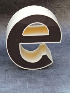 Lettre-d-enseigne-vintage-e-20-cm-de-haut-plastic