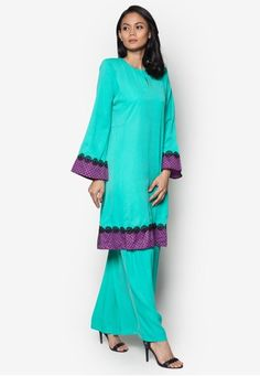 Baju Kurung Pahang from Gene Martino in Green Muslim Fashion, Ethnic Fashion, Hijab Fashion, Women's Fashion, Floor Length Gown, Caftans, Minimal Design, New Dress, Searching