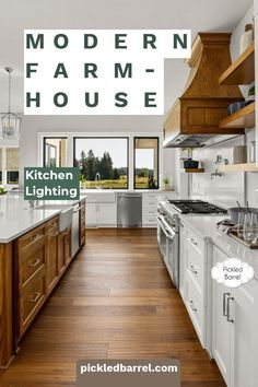 Joanna Gaines is perhaps the best-known source of inspiration when it comes to all things modern farmhouse. This collection of the dreamiest ideas for modern farmhouse kitchens has some of the best Joanna Gaines inspiration. Modern Farmhouse Porch, Farmhouse Lighting, Modern Farmhouse Kitchens, Farmhouse Kitchen Decor, Farmhouse Design, Kitchen Lighting, Home Kitchens, Farm House Colors, Joanna Gaines