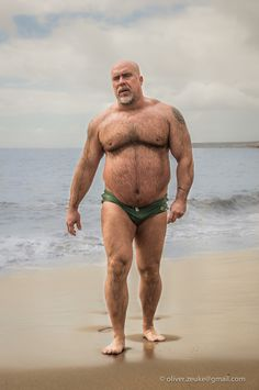 BIG HONKIN' Bear - On the beach in a Speedo. Fotograf Jose Carlos Nunez Diaz Beach von Oliver Zeuke auf 500px